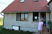 Jana Šrámková stojí před domem, který vyrostl po povodni v roce 2002.