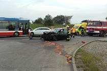 V pondělí ráno došlo v Kojeticích na Mělnicku k dopravní nehodě autobusu a dvou osobních automobilů.