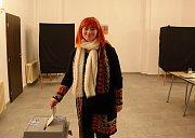 Byšická starostka Jana Poláková se vydala k volební urně dvě hodiny po jejich zahájení. Jak jinak, než- li s úsměvem.