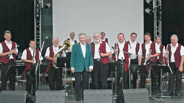 Čtrnáctka muzikantů každý rok vystupuje na mělnickém vinobraní. Před třemi lety byl jejich hostem zpěvák Josef Zíma.