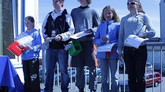 Zprava vítězná česká posádka Johana Kořanová a Sára Tkadlecová, dále kormidelník stříbrné německé posádky Soenkte Blindow a třetí, rovněž německá, posádka Glaevke John-Philip a Julia Peters.
