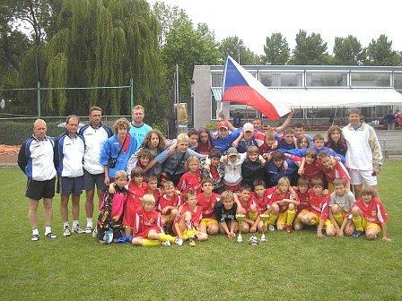 Pozadu za výkonem žákovských výběrů FK Neratovice /Byškovice nezůstala ani skupina fanoušků z řad rodičů, která v českých národních dresech a s vlajkami v rukou vytvořila klukům téměř domácí atmosféru.