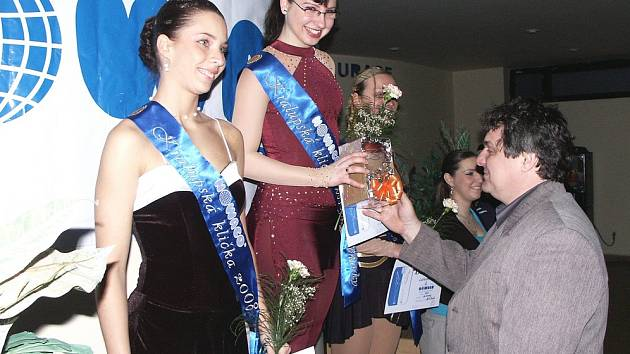 Ředitel závodu Josef Majrych dekoruje trojici nejlepších mezi seniorkami - Kláru Novákovou, Hanu Charyparovou (obě USK Praha) a Marii Lafantovou (KK Slaný).