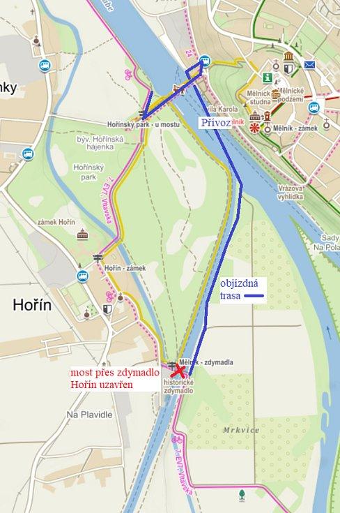 Znázornění náhradní trasy za uzavřený most přes Hořínské plavební komory pro pěší a cykloturisty - auta musí přes most Hořín - Vrbno. Přívoz je v provozu denně od 8 do 20 hodin, a to zdarma.