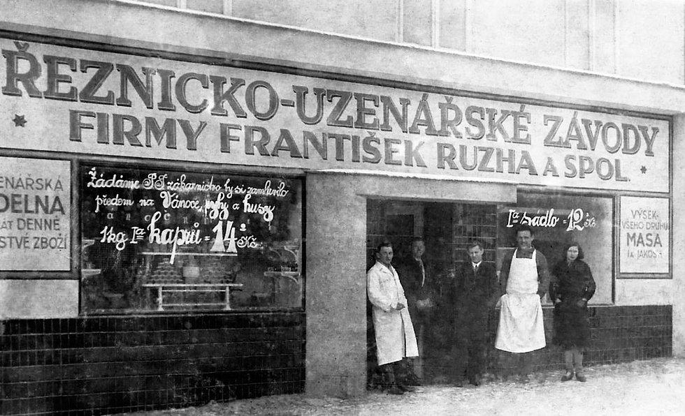 Ulice Pražská. Na snímku je Růzhova firma, která je zde po vynucené přestávce od roku 1948 do roku 1992 opět. Snímek je z první poloviny 30. let 20. století.