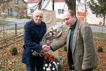 Jeden z posledních snímků Pavla Taubera. S vedoucím odboru kultury Vladimírem Půčkem před památníkem Ladislava Uhra.
