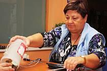 Miloslava Machovcová při počítání výtězku z Tříkrálové sbírky Farní charity Neratovice.