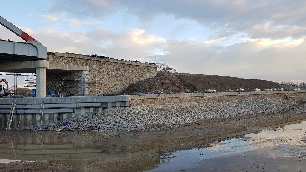 Zpevněné břehy plavebního kanálu Vraňany-Hořín..
