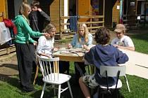 ŠEDESÁT pět dětí a šestnáct dospělých přijelo na více než dva týdny do tábora ve Lhotce.