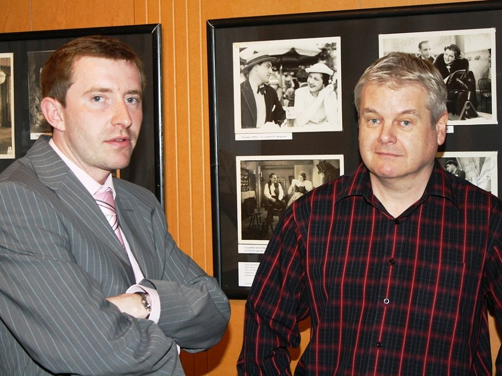 Vernisáž si nenechali ujít ani občané, ani představitelé města. Vlevo místostarosta Neratovic Tomáš Hrodek.