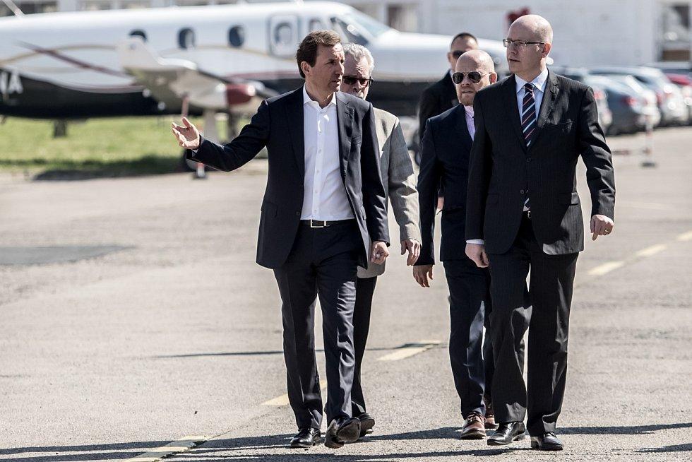 Nový letoun L-159 představila společnost Aero Vodochody 31. března ve svém areálu v Odoleně Vodě u Prahy. Na snímku Marek Dospiva a Bohuslav Sobotka.