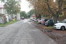 """""""S parkováním by to chtělo něco udělat, může tam parkovat tak 8 aut není tam žádné místo. Ti, co jezdí do práce a někde to auto nechat musí, tak to mají opravdu složité,"""" říká Tereza Hudíková z Kostelce nad Labem"""