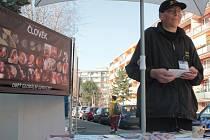 Petr Tomšík jezdí s výstavou Stop genocidě po celé republice.