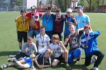 Neratovičtí školáci (na snímku starší tým kategorie B) po vítězství v okresním kole dosáhli na medailové pozice i v krajském finále.