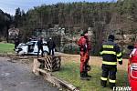 Auto sjelo při nehodě na Mělnicku do rybníka.