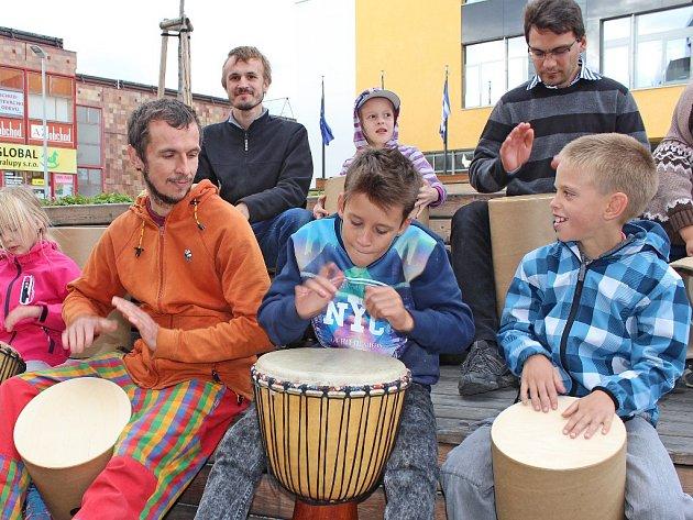 Společné bubnování v duchu afrických rytmů bylo součástí nedělního Afrického dne.
