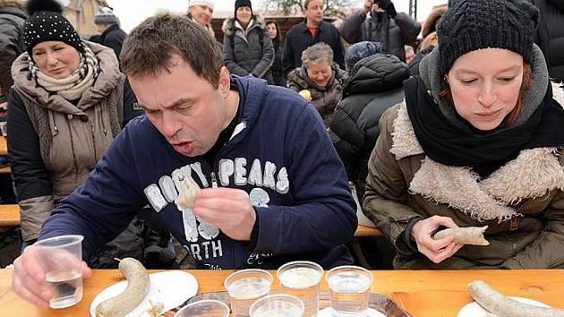 V Máslovicích se opět konala soutěž v pojídání jitrnic.