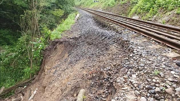 Poškozená trať mezi Skalskem a Mšenem.