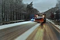 Množství soli, které během pár hodin vysypaly na středočeské silnice sypače ve službách Ředitelství silnic a dálnic ČR (ŘSD), by za mírné zimy možná vystačilo na údržbu povrchu vozovek i po celý měsíc.