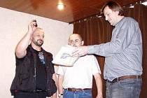 Jeden z autorů, kronikář Aleš Novák, kropí knihu pravou labskou vodou.