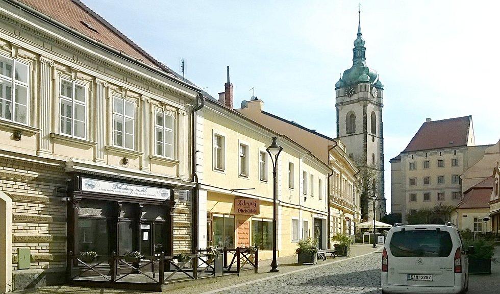 """Svatováclavská ulice. Na snímku vlevo, v domě čp. 14 bylo umístěno do roku 1856 důstojnické kasino """"U císaře rakouského""""."""