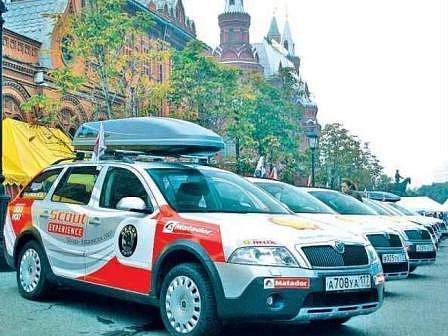 EXPEDICE. Kolona deseti scoutů ještě před startem expedice v Moskvě.