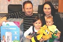 Kilianovi s cenami: tatínek Daniel, maminka Markéta, Viktorie, jíž budou brzy čtyři roky, a malá vítězka Olivie, která přišla na svět před osmi měsíci.