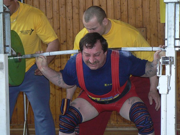 Štefan Zvada při rekordním pokusu v dřepu (267,5 kg).