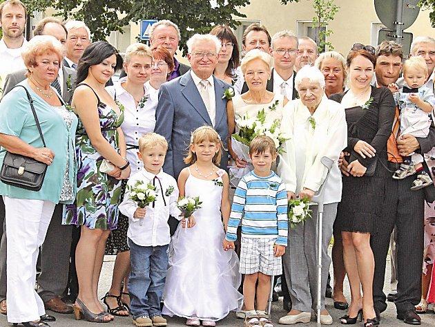 e6c57a497eb Manželé Vokálkovi s rodinou na zlaté svatbě. ...