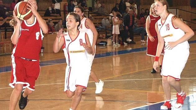Nadějná Adéla Hurtíková (č. 8) společně s kapitánkou a největší oporou celku kralupských basketbalových žaček Magdou Šlehoferovou (č. 18) odrážejí útok českobudějovické Anny Jandové.