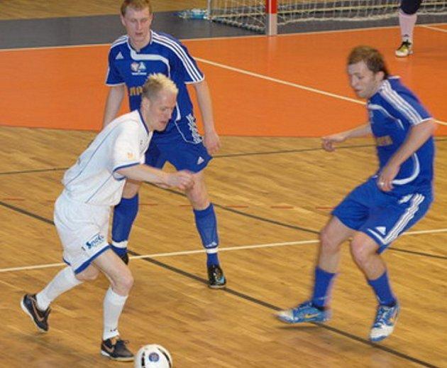 Fenix (v bílém) na turnaji Evropské unie futsalu v polské Nové Rudě.