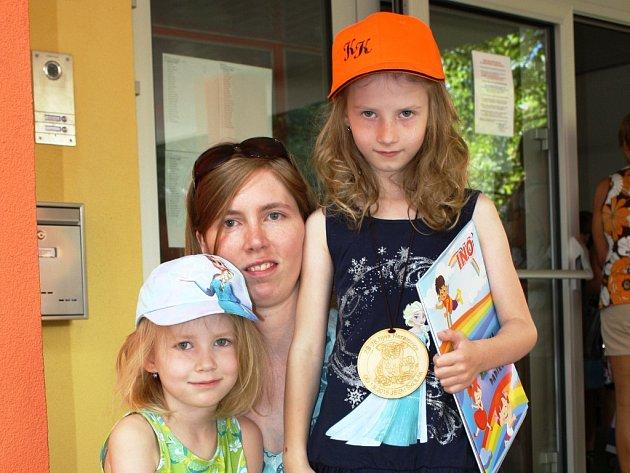Kačenku do školy doprovodila její mladší sestra Verunka.