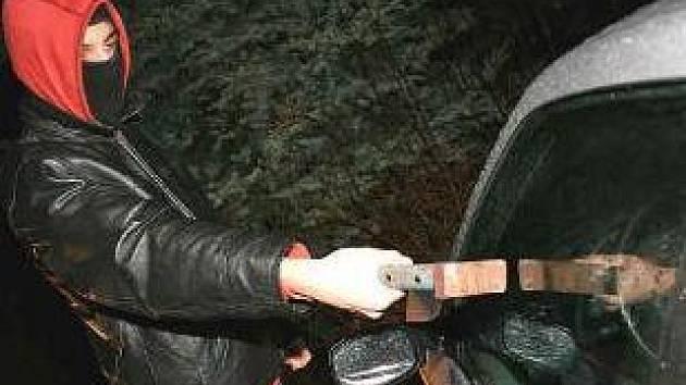 ROZBÍJEJÍ OKNA.  Při vloupání do vozidel se zloději mnohdy ani neobtěžují s otevřením zámků. Jakýmkoli těžkým předmětem prostě rozbijí boční okno.