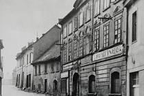 Pohled směrem k náměstí Míru. Na snímku domy zleva: Drogerie pana B. Krátkého (později M. Fajty), rodinný dům obuvníka pana Kauckého, hostinec U Hamburku, zcela vpravo restaurace Beseda. Fotografie z 20. let 20. století.