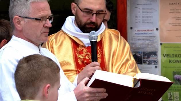 V chrámu Svatého Petra a Pavla v Mlazicích bylo součástí vigilií Svěcení světla.