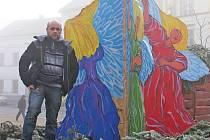 Třímetrové anděly tvořil Čeněk Hlavatý společně se svými žáky.