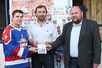 Patron a symbol projektu hokejbalového archivu AHL 1997 – 2008 Pavel Kroužil (CSKA Lobeček) a kmotři předseda sportovní komise Jan Špaček s místostarostou města Liborem Lesákem.