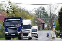 Nákladní vozy jsou problémem mnoha obcí.