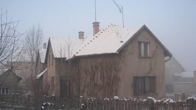 Dům, ve kterém žil Jan Palach, je opuštěný a velmi zanedbaný. /Aktuální fotografie/