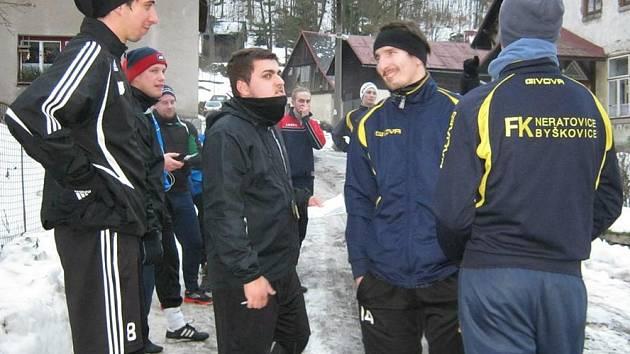 Fotbalisté Neratovic před jedním z výběhů na soustředění v Desné.