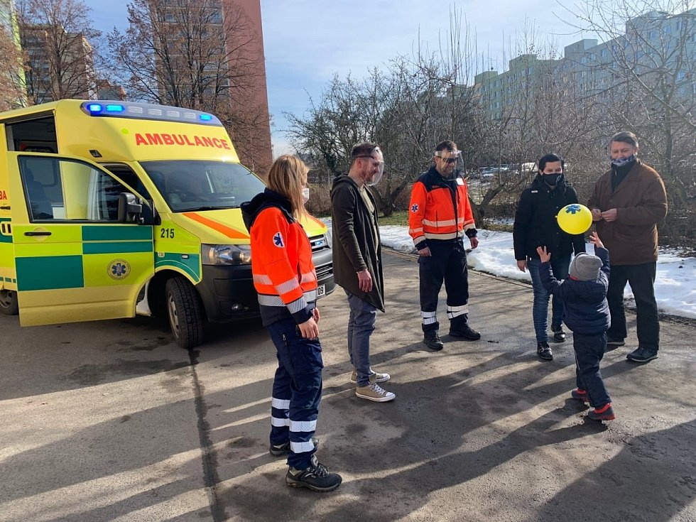 Rodiče záchranářům představili zachráněného chlapce.