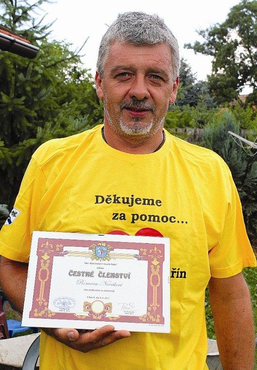 Roman Novák s manželkou se stali čestnými členy nekořského hasičského sboru.