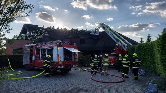 Požár střechy rodinného domu v Horoměřicích.
