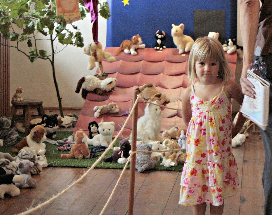 V Regionálním muzeu Mělník je možné v současné době navštívit výstavu s velmi příznačným názvem Mňaaau! Aneb kočky v muzeu a exponáty není tedy nutné nijak zvlášť představovat.