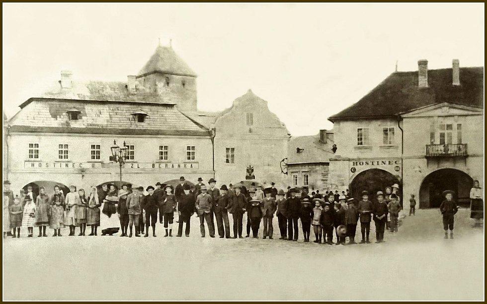 Snímek z roku 1890 od pražského fotografa Moritze Adlera. V domě U Zlaté hvězdy (uprostřed ) byl mělnický poštovní úřad, kde bydlela i rodina poštmistra Valenty. Vpravo dům U Zlatého hroznu - hotel Vykysal ještě v původní podobě s klasicistní fasádou.