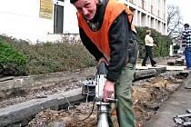 Revitalizace města už začala. První práce na chodníku v Tyšově ulici