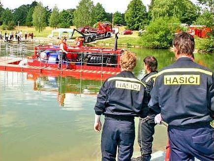 CVIČENÍ. Několik tun vážící čerpadlo umí hasiči připravit k činnosti za několik desítek minut.