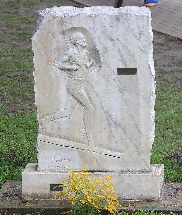 Památník s basreliéfem na počest světových rekordů