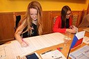 Ve volební komisi v Konětopech zasedly mladé ženy.