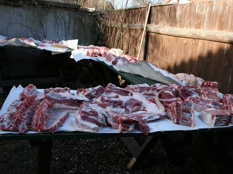 Obecní zabijačka ve Lhotce u Mělníka.